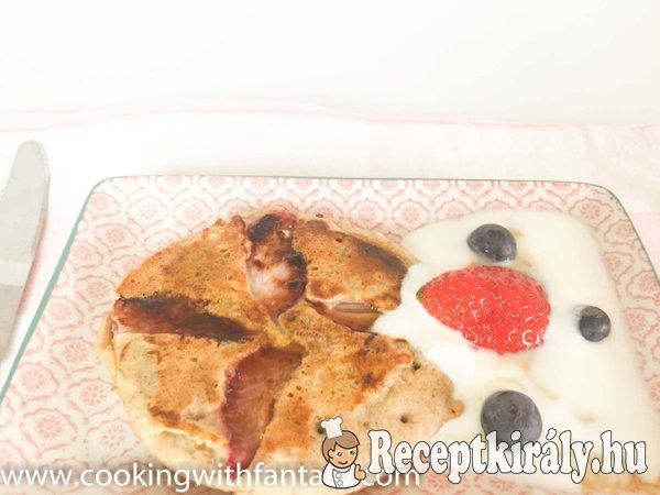 Hajdina és rizslisztes palacsinta eperrel, juharsziruppal