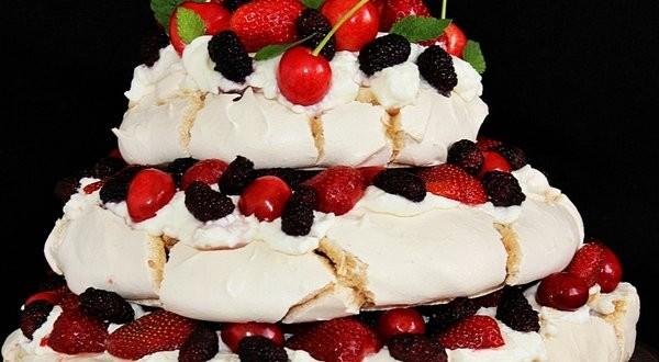 Emeletes Pavlova szezonális gyümölcsökkel