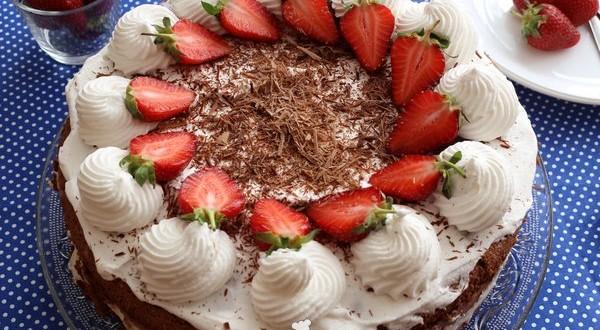 Csokoládékrémes tejszínes epertorta