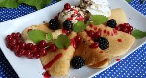 Amerikai palacsinta erdei gyümölcsökkel és fagyival