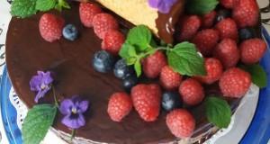 Csokis torta gyümölcsökkel