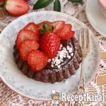 Csokoládés gyümölcstorta eperrel