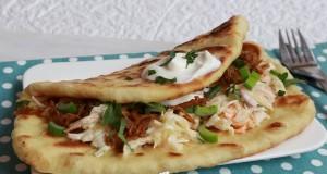 Pulled pork naan szendvics, amerikai káposztasalátával