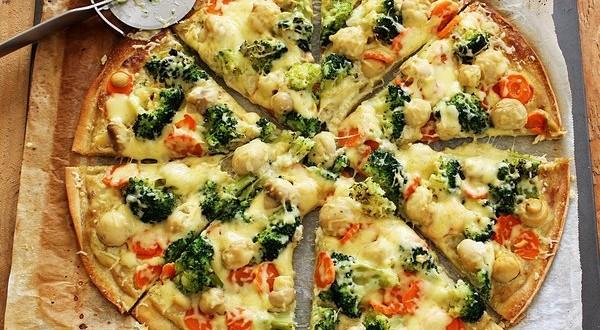 Gombás-zöldséges pizza