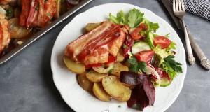 Baconbe tekert fűszeres karaj burgonya ágyon